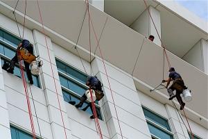 Az ipari alpinisták is csak a megfelelő felszerelésekkel látnak neki a munkának