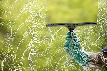 A csillogó ablaktisztítás praktikái